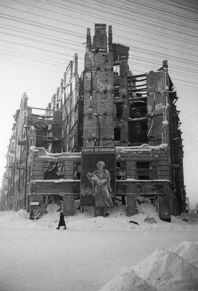 لافتة مكتوب عليها الموت لقتلة الأطفال! على منزل مدمر في لينينغراد