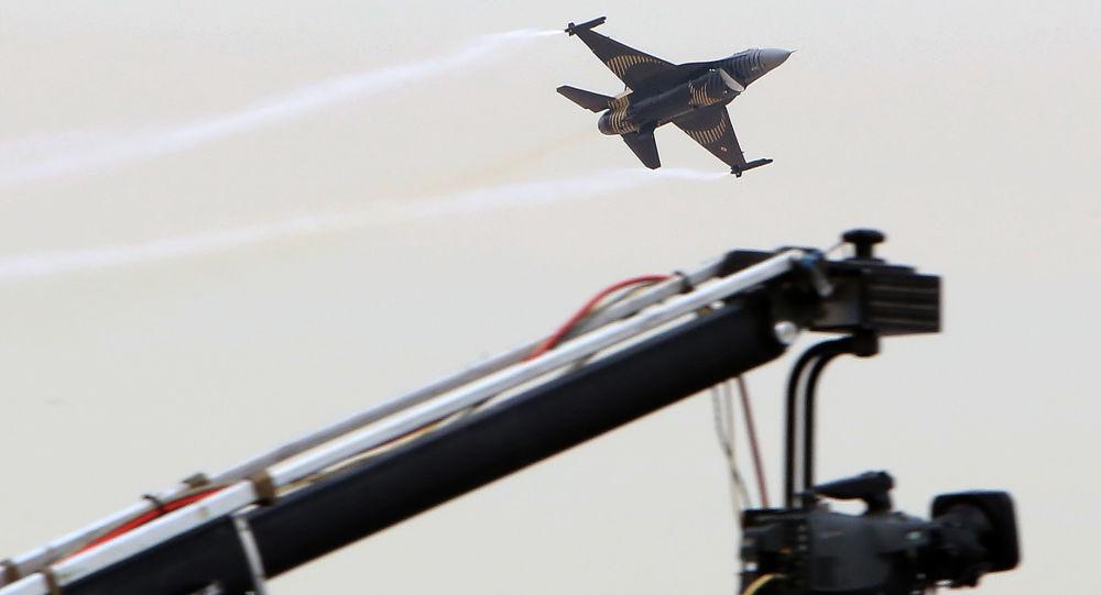 طائرة F-16  التركية خلال العرض الجوي في الكويت، 17 يناير/ كانون الثاني 2018