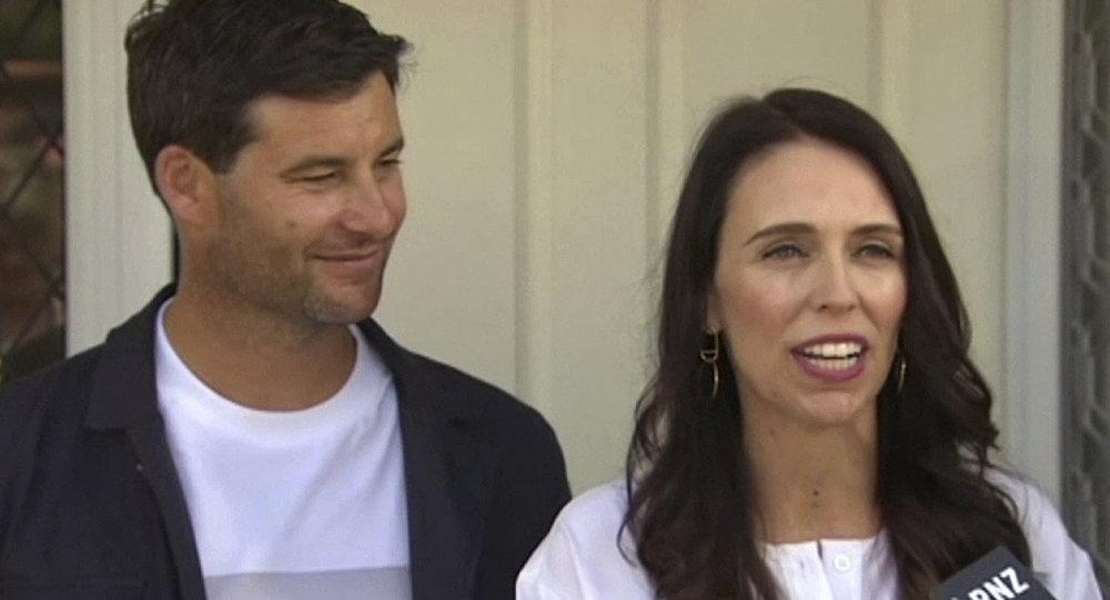 رئيسة وزراء نيوزيلندا جاسيندا أرديرن مع زوجها تعلن عن حملها في طفلها الأول