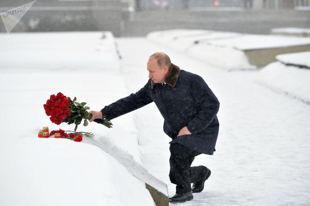 الرئيس فلاديمير بوتين يضع أكاليل الأزهار على النصب التذكاري لضحايا حصار لينينغراد، وذلك ضمن فعاليات إحياء الذكرى الـ 75 لكسر حصار لينينغراد