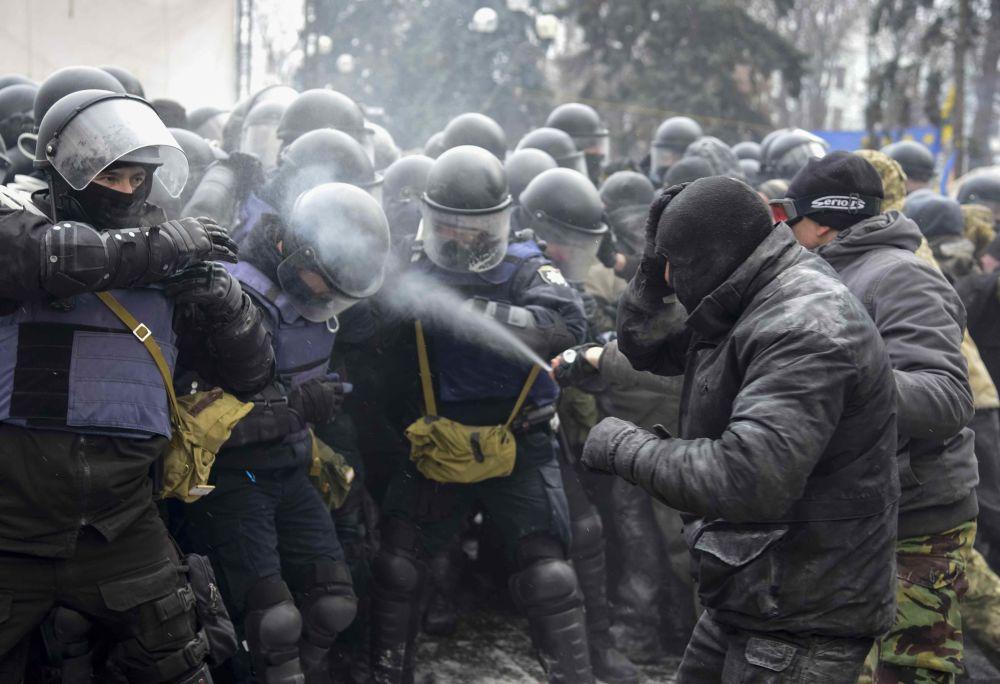 المحتجون، من أنصار الرئيس الجورجي السابق ميخائيل ساكاشفيلي، يشتبكون مع شرطة الشغب في كييف، أوكرانيا 16 يناير/ كانون الثاني 2018