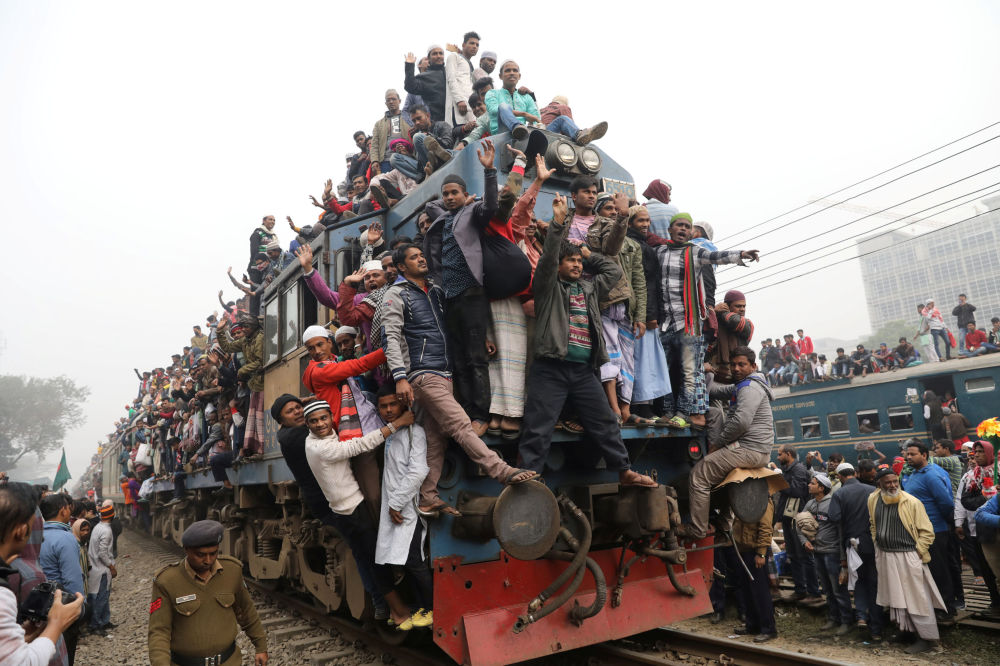 قطار يغادر محطة تونغي بعد صلاة عقب انتهاء بيشوا اجتيما (بيشوا اجتماع: اجتماع سنوي لجماعة التبليغ في بنغلادش) بالقرب من مدينة جاكا، بنغلادش 14 يناير/ كانون الثاني 2018