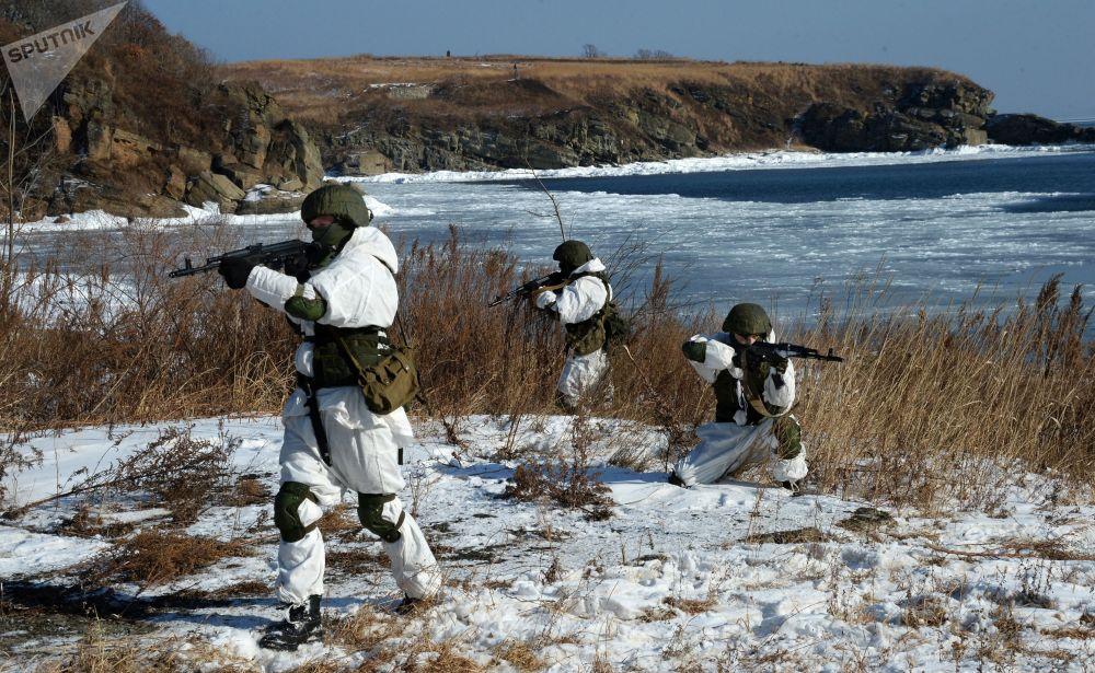 مناورات عسكرية لدورية الاستطلاع الهندسي التابع للأسطول الهادئ في الحقل العسكري غورنوستاي في بريمورسكي كراي، روسيا