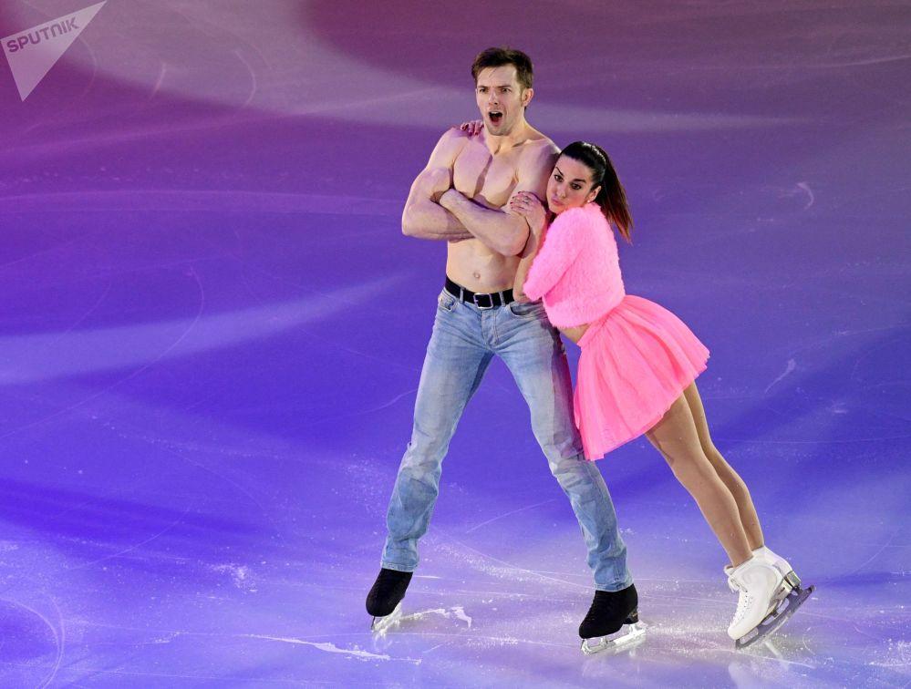 الإيطاليان فالينتينا ماركي وأوندري خوتاريك خلال الأداء الفني في بطولة أوروبا للتزلج على الجليد في موسكو