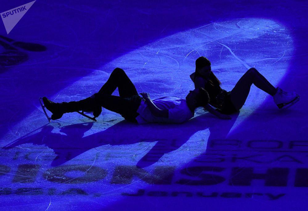 الروسيان يكاتيرينا بوبروفا ودميتري سولوفيوف خلال الأداء الفني في بطولة أوروبا للتزلج على الجليد في موسكو