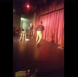 شجار خلال عرض كوميدي