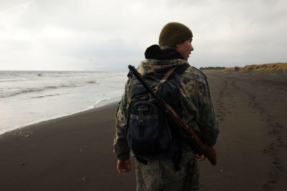 مفتش محمية الكوريل الطبيعية خلال تفقد المنطقة