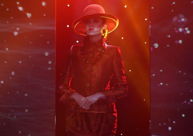 عارضة أزياء تقدم مجموعة جديدة لأزياء المصمم الروسي فياتشيسلاف زايتسيف، في إطار مسابقة ملكة جمال تتارستان لعام 2018 في قازان