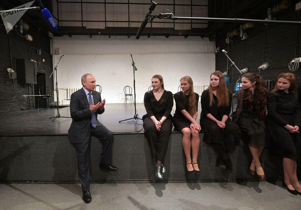 الرئيس فلاديمير بوتين أثناء حديثة مع الممثلين اليافعين خلال زيارته لمركز المتحف بيت فيسوتسكي في تاغانكا، موسكو، روسيا 24 يناير/ كانون الثاني 2018
