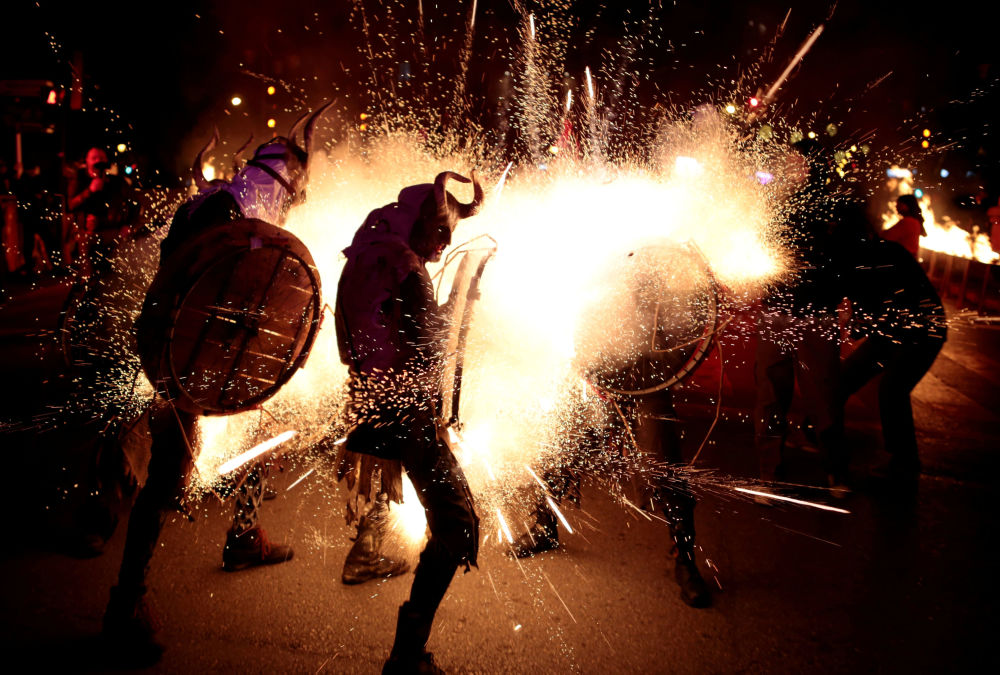 المشاركون في مهرجان ناري كوريفوكس يرتدون زي الشيطان في مدينة بالما دي مايوركا، إسبانيا 21 يناير/ كانون الثاني 2018