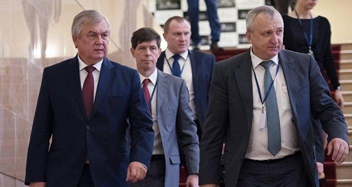 الممثل الخاص للرئيس الروسي ألكسندر لافرينتيف (على اليسار) خلال مباحثات في أستانا