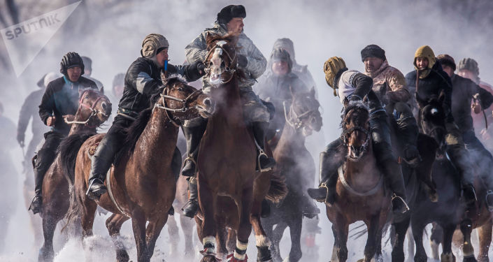 المشاركون في الألعاب الرياضية الوطنية ركوب الخيل ألامان أولاك في بلدة داتشا سو قرب بشكيك