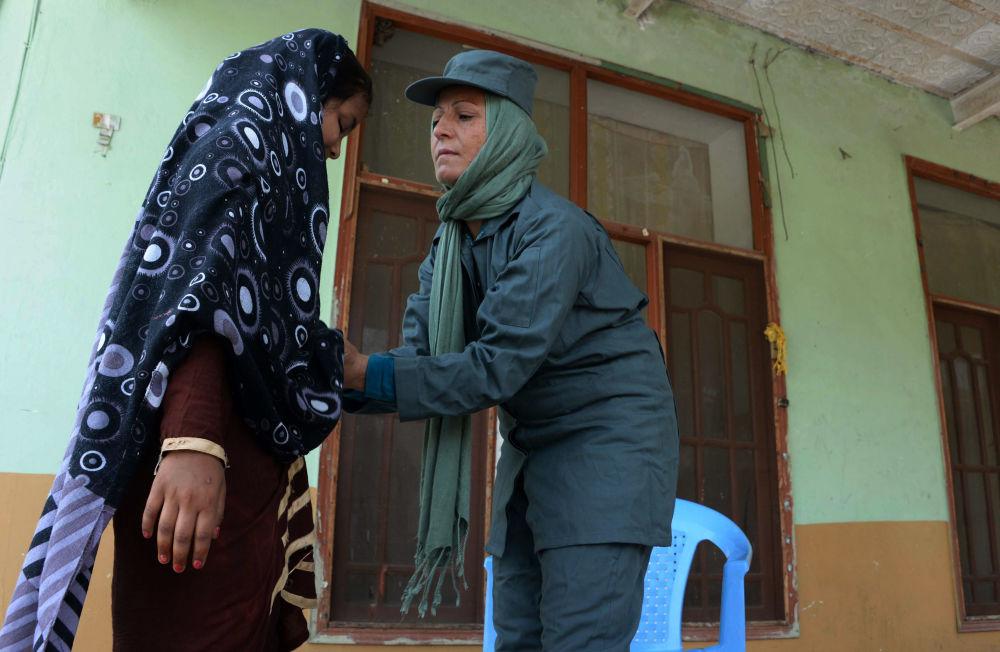 شرطية أفغانية في جلال آباد
