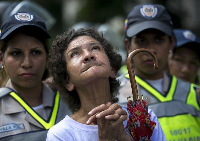 شرطية فنزويلية في كاراكاس