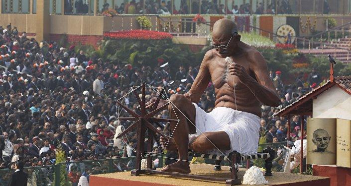 تمثال للماهاتما غاندي خلال موكب يوم الجمهورية في نيودلهي