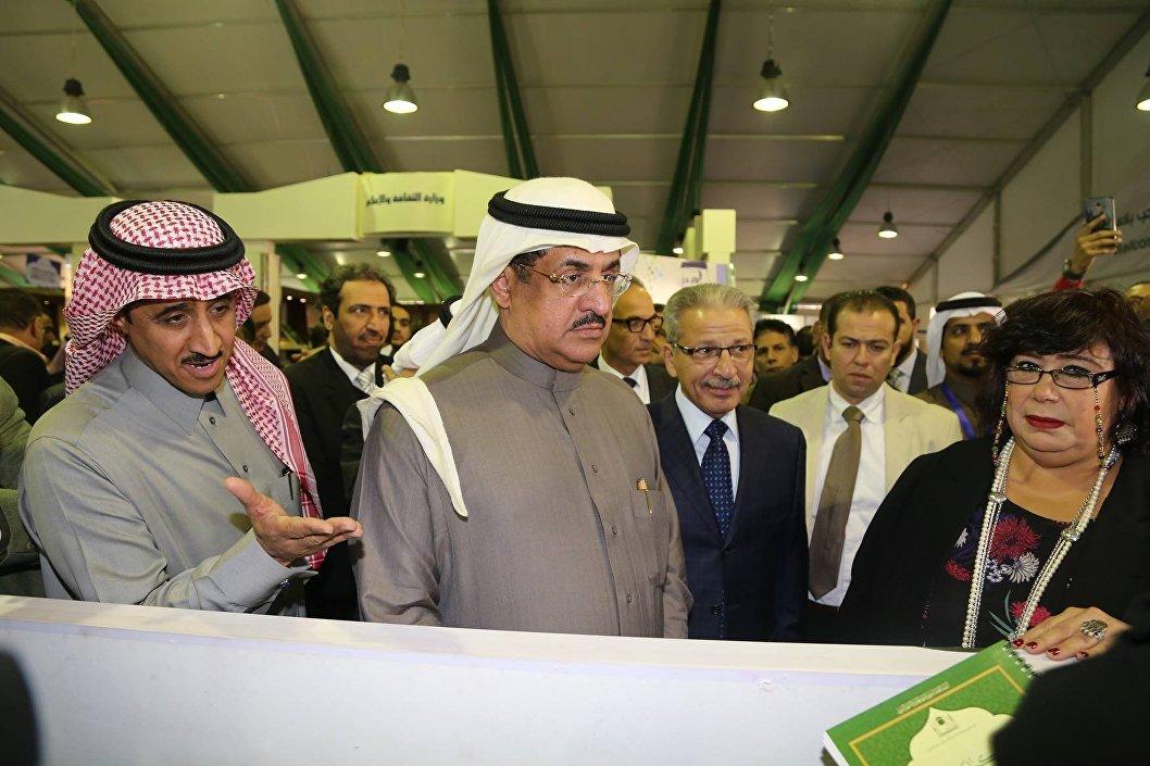 وزيرة الثقافة المصرية تزور جناح السعودية بمعرض القاهرة للكتاب