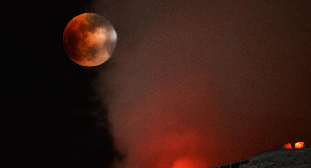 قمر عملاق والكسوف الجزئي قرب نوفوسيبيرسك