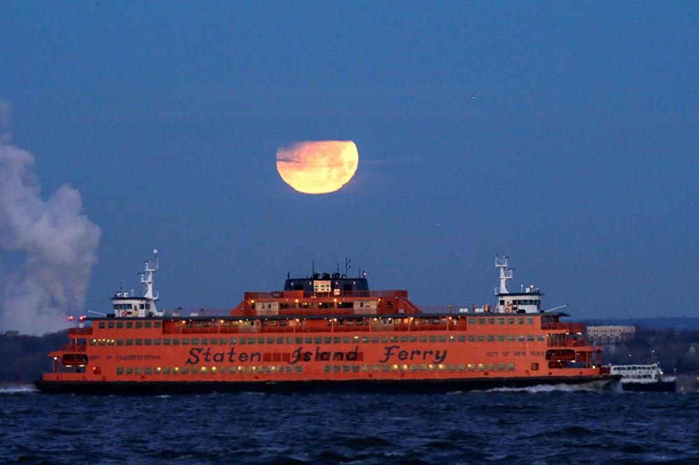 ثلاث ظواهر فريدة من نوعها في وقت واحد: خسوف القمر والقمر الكامل والقمر العملاق - نيويورك، الولايات المتحدة 31 يناير/ كانون الثاني 2018