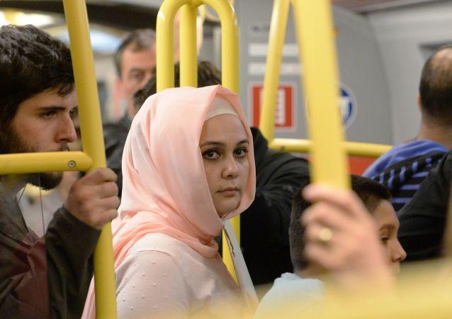 فتاة محجبة في مترو فيينا، النمسا