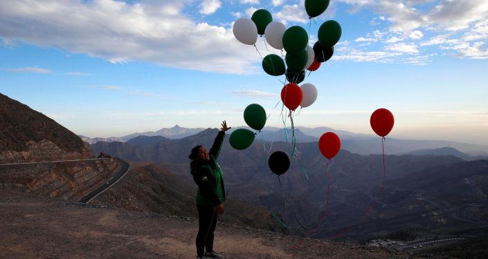 فتاة تطلق بالونات احتفالا بافتتاح أطول خظ زيب لاين فوق جبل جيس، الإمارات العربية المتحدة 31 يناير/ كانون الثاني 2018