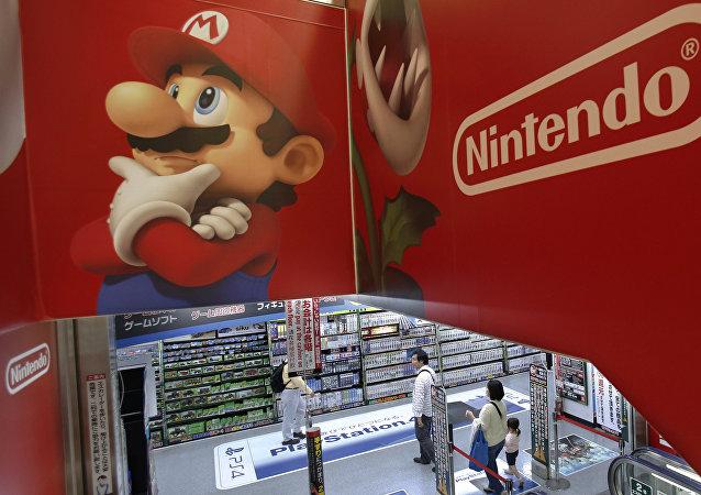 شعار شركة نينتندو لألعاب الفيديو وسوبر ماريو في أحد متاجر طوكيو في اليابان