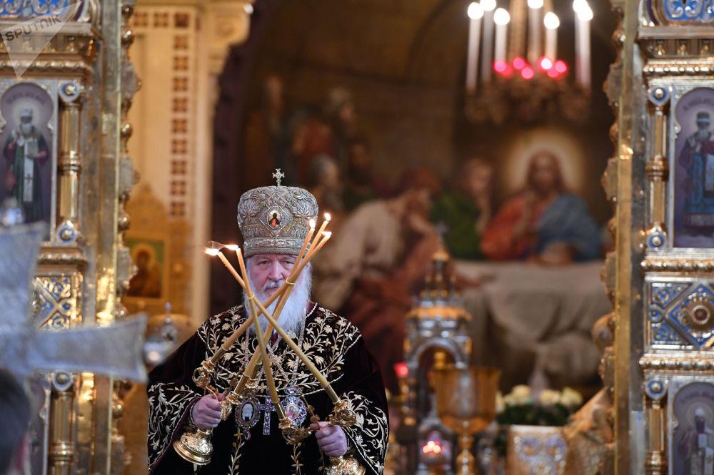بطريرك موسكو وعموم روسيا كيريل خلال القداس بمناسبة الذكرى الـ 9 لخدمة بطريرك كيريل في كنيسة المسيح المخلص في موسكو