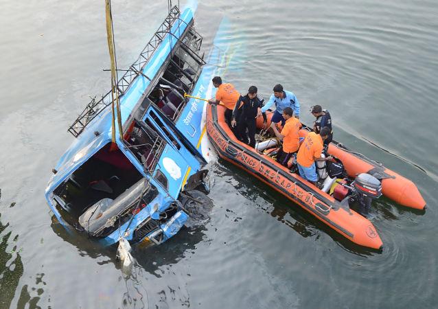الشرطة الهندية تنقذ ركاب حافلة عمومية كانت قد سقطت في مياه قناة غوغرا كنال، الهند 29 يناير/ كانون الثاني 2018