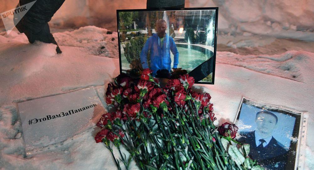 فعالية تكريم ذكرى طيار الطائرة الحربية الروسية سو-25 الذي قتل في سوريا -وضع الزهور أمام مبنى وزارة الدفاع في موسكو