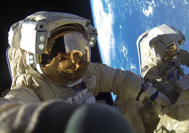 رائدا فضاء روس كوسموس أنطون شكابليروف  وألكسندر  ميسوركين خلال مهمة السير خارج محطة الفضاء الدولية، والتي اتسغرقت مدة 8 ساعات و 12 دققة