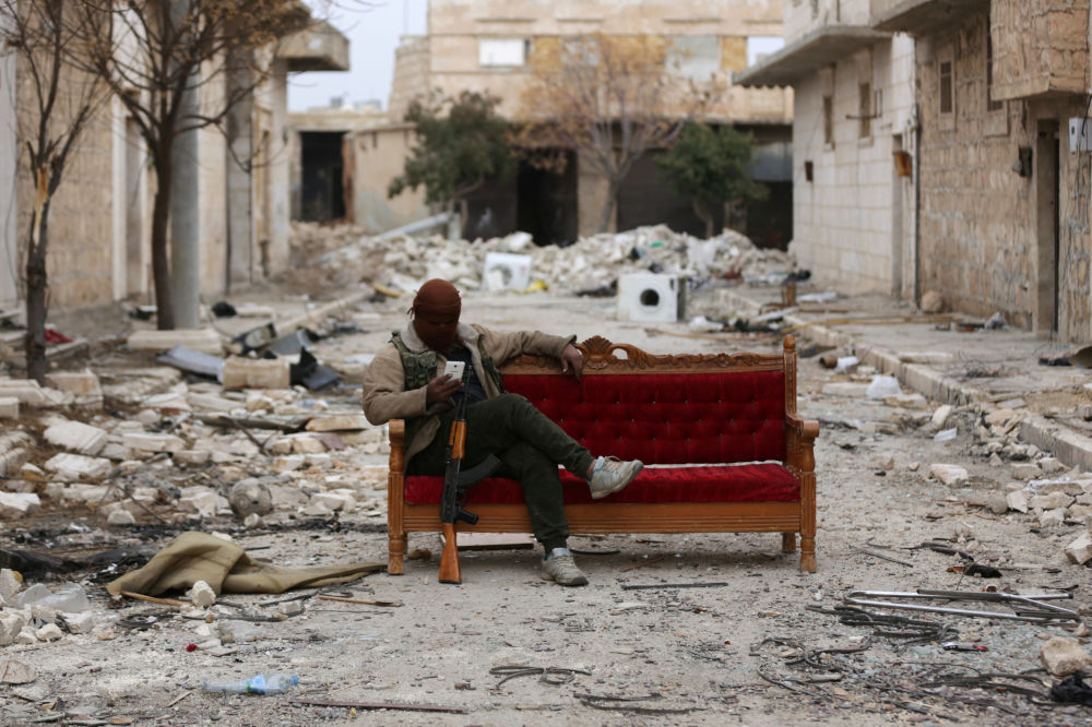 أحد المسلحين في الجيش السوري الحر في ضواحي مدينة الباب، سوريا 4 فبراير/ شباط 2018