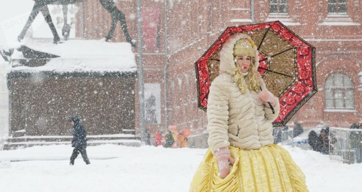 امرأة تحمل مظلة خلال عاصفة ثلجية قوية ضربت موسكو هذا الأسبوع