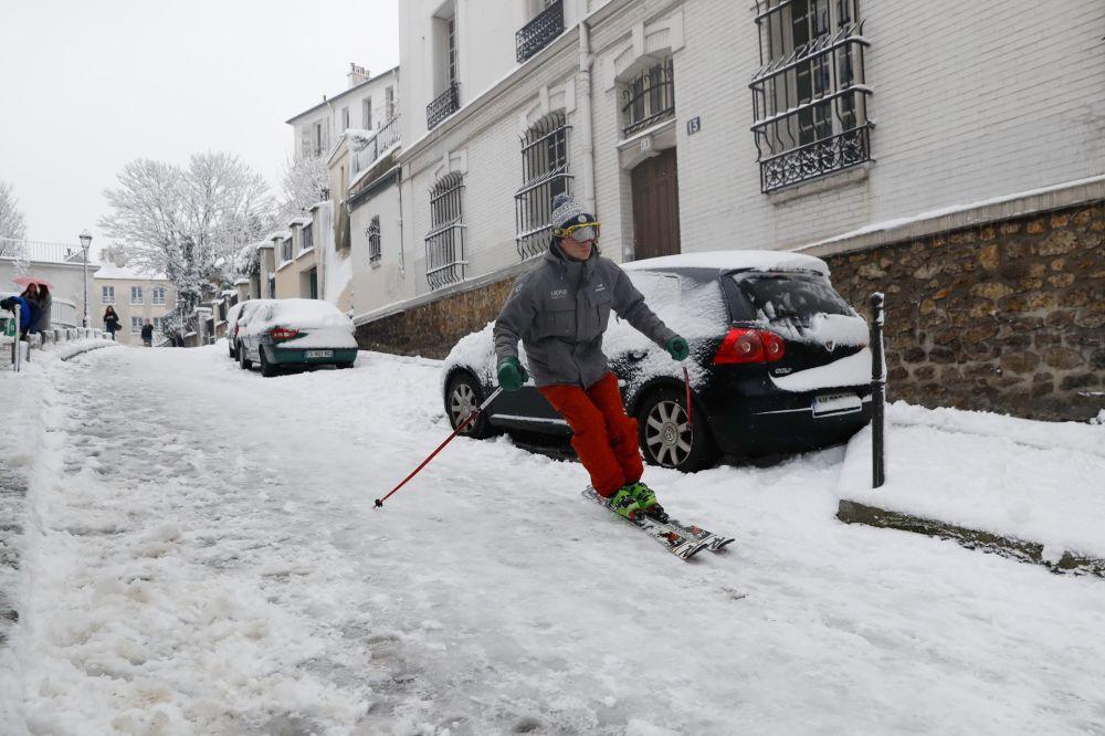 رجل ينزلج على جليد شوارع باريس بعد سقوط ثلوج كثيف بالعاصمة، فرنسا 7 فبراير/ شباط 2018