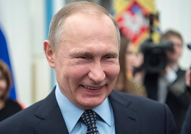 الرئيس الروسي فلاديمير بوتين يضحك