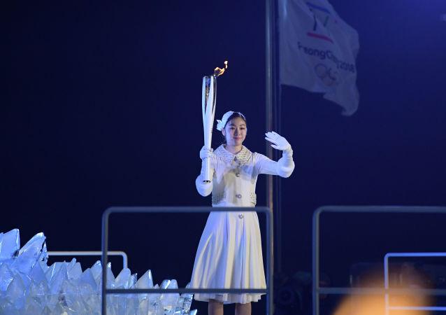 إشعال الشعلة الأولمبية - مراسم افتتاح دورة الألعاب الأولمبية الشتوية الـ 23 في بيونغ تشانغ، كوريا الجنوبية