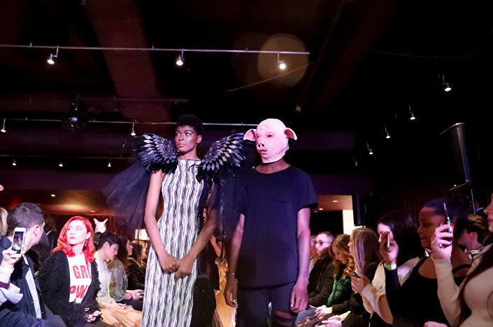 عرض أزياء بأجنحة ملائكة وعارض أزياء بوجه خنزير أقيم في 9 فبراير/شباط 2018 في مدينة نيويورك الأمريكية لمناهضة التحرش الجنسي