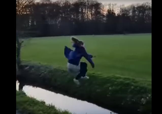 لحظة سقوط مروعة لفتاة في عبارة مائية