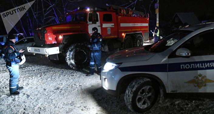 حادثة سقوط الطائرة الروسية أن-148 - الشرطة والمطافئ في موقع الحادثة في حي رامينسكي بضواحي موسكو