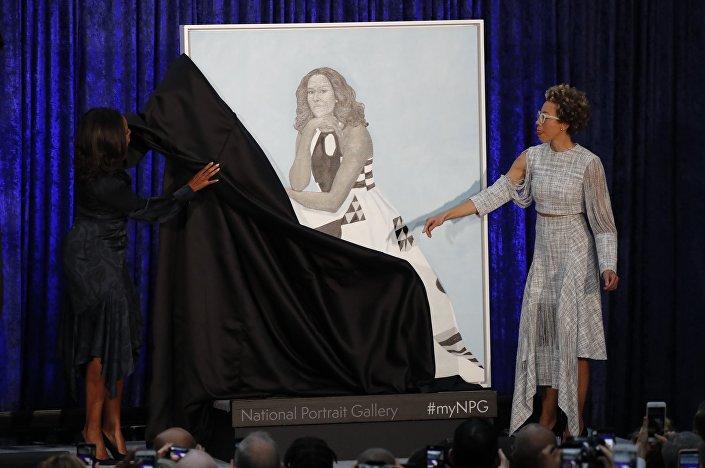 الفنانة ايمي شيرالد والسيدة الأولى السابقة ميشيل أوباما تشارك في الكشف عن صورة السيدة أوباما في معرض الصور الوطنية سميثسونيان في واشنطن