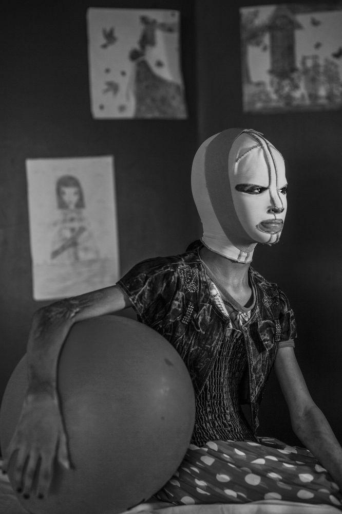 مسابقة صورة الصحافة العالمية لعام 2018 - صورة بعنوان صور الحرب، منال للمصور أليسيو مامو، في فئة التصوير أشخاص