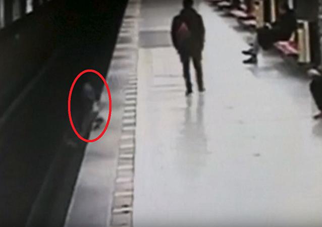 سقوط طفل على قضبان المترو