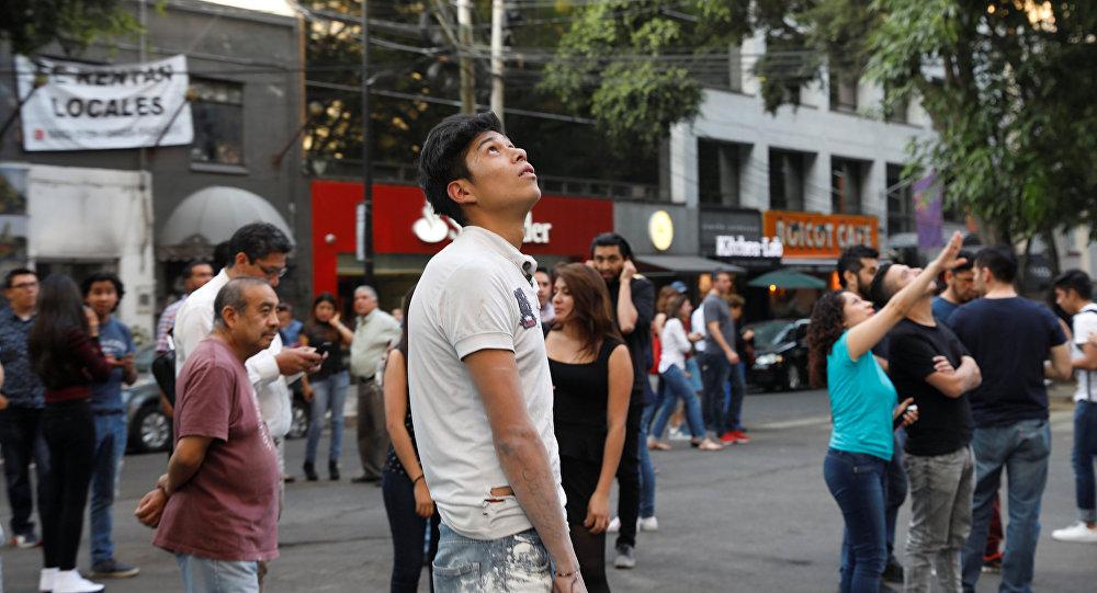 المكسيكيون يندفعون إلى الشوارع إثر وقوع الزلزال