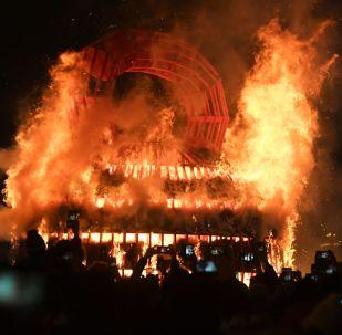 الماسلينيتسا - حرق بنية القش كاستروما في حديقة بارك كورغوغو العامة في موسكو