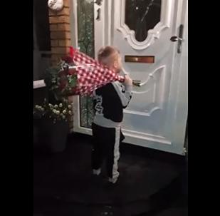 رد فعل طفلة بعد تلقيها هدية غير متوقعة من حبيبها