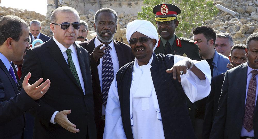 الرئيس التركي رجب طيب أردوغان خلال وصوله إلى الخرطوم للقاء الرئيس السوداني عمر البشير