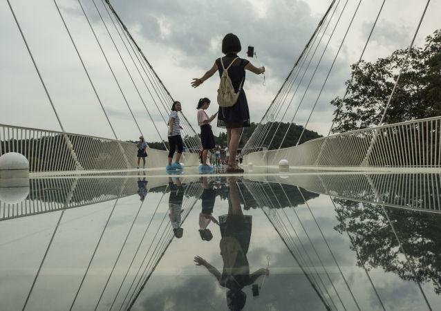 أطول جسر من زجاج في العالم زانغجياجي في الصين