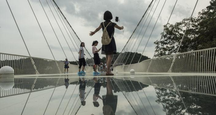 مرآة السماء… فيديو لأضخم منصة زجاجية في العالم