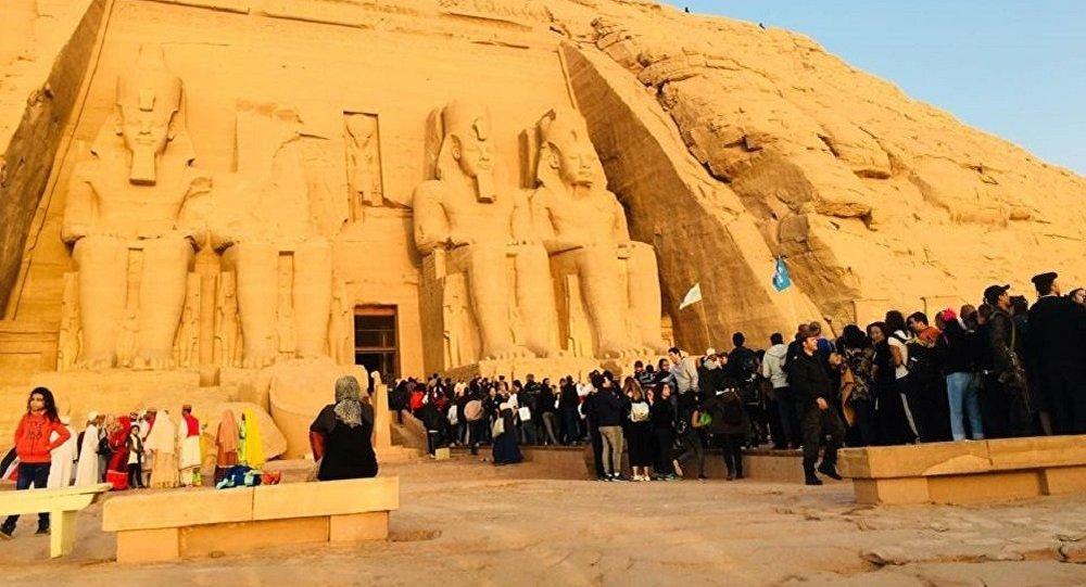 تعامد الشمس على تمثال رمسيس الثاني بمعبد أبو سمبل