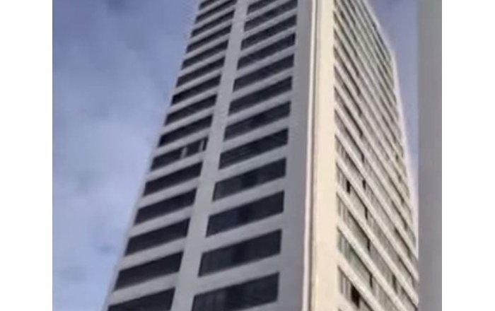 رجل يقفز من أعلى مبنى