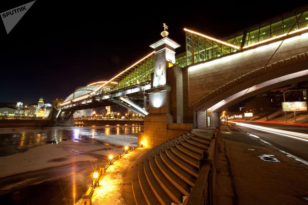 جسر للمشاة بالقرب من محطة القطار كييفسكي فوكزال