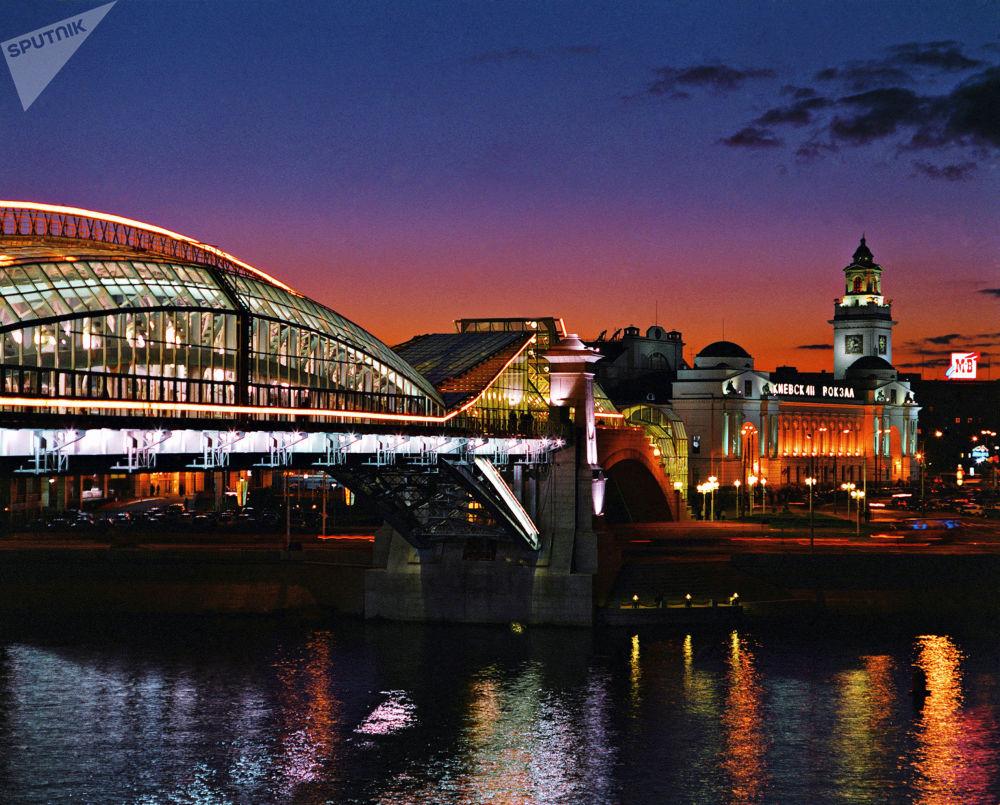 جسر كييفسكي للمشاة فوق نهر موسكو